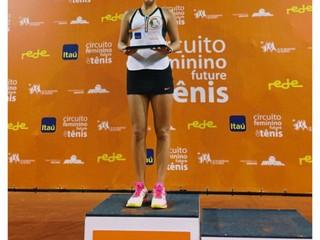 Pätnásťročná Ruska vyhrala svoj prvý titul medzi seniorkami