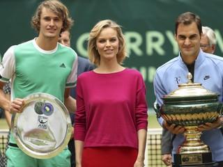 Federer nedal Zverevovi šancu a deviaty raz ovládol turnaj v Halle