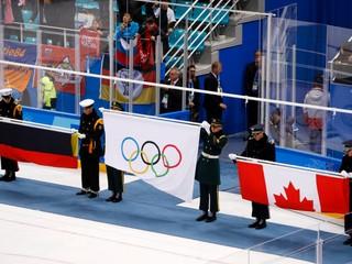 Ruskí hokejisti počas tónov olympijskej hymny spievali svoju vlastnú