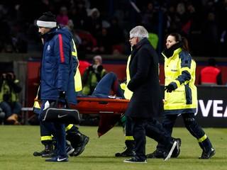 Neymar derby nedohral, odniesli ho na nosidlách. Protihráč odmieta vinu