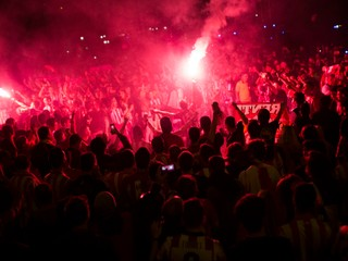 Po zápase medzi Manchestrom City a Schalke sa strhla bitka, jeden fanúšik je vo vážnom stave
