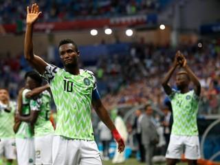 Kapitánovi Nigérie pred zápasom proti Argentíne uniesli otca. Musel mlčať
