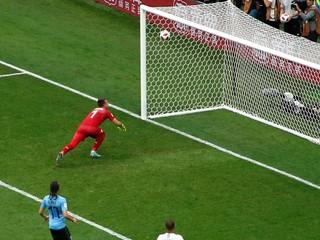 Francúzsko postúpilo do semfinále, brankár Uruguaja napodobnil chybu Kariusa