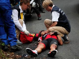 Pelotón sleduje i sedem sanitiek. Je zranený cyklista hrdinom?