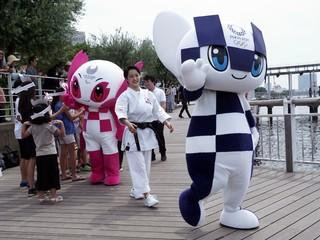 Maskotom olympiády v Tokiu sú futuristické postavičky