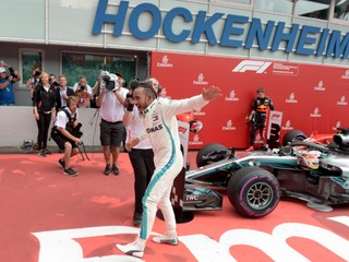 Hamilton sa stal víťazom Veľkej ceny Nemecka, Vettel havaroval