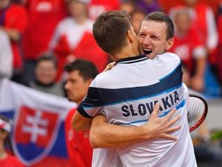 Kližan a Polášek zvládli trojsetový zápas, Slováci majú postupový mečbal
