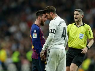 Ramos zasiahol Messiho lakťom do tváre, rozhodca neodpískal ani faul