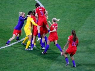 Bojujú za vyššie platy a proti sexizmu. Ženský futbal láme rekordy