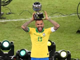 Dani Alves sa vracia do Brazílie, podpísal kontrakt s FC Sao Paulo