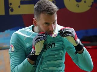 Brankár Barcelony Neto si poranil zápästie, čaká ho operácia