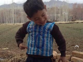 Chlapec v igelitke dojal Messiho i svet