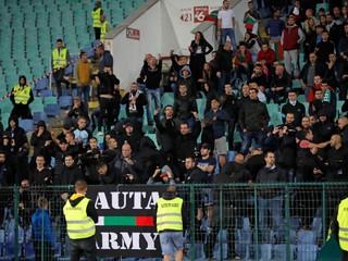 Zápas dvakrát prerušili. Bulharskí fanúšikovia hajlovali a vydávali opičie zvuky