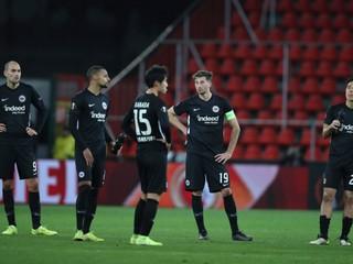 Kapitán zrazil na zem trénera, vo Freiburgu udelili tri červené karty