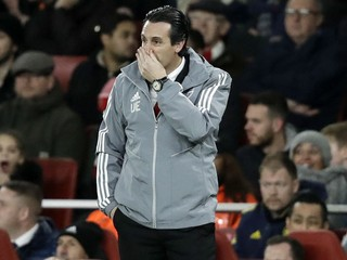 Krízu Arsenalu prehĺbil Frankfurt, Emeryho vypískali