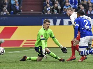 Brankár Schalke dostal za likvidačný zákrok na hráča dištanc a pokutu