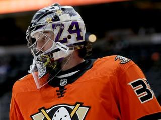 Gibson si uctil Bryanta špeciálnou maskou, odchytal v nej zápas NHL