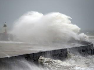 Britániu zasiahla silná búrka. Zrušili zápas Premier League