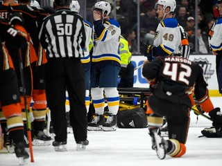 Počas zápasu NHL skolaboval hokejista, duel nedohrali