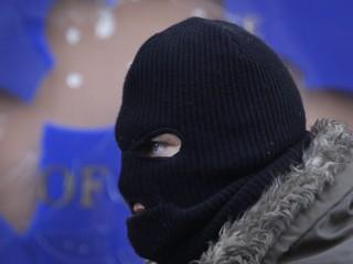 Futbalista v Anglicku dostal finančný trest, deti učil v čiernej kukle
