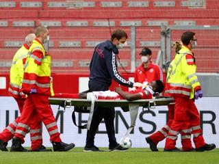Zrazil sa hlavou s protihráčom a ostal nehybne ležať. Hráč Mainzu skončil v nemocnici