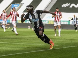 Namiesto odkopu spadol. Dúbravkov Newcastle strelil gól po veľkej chybe