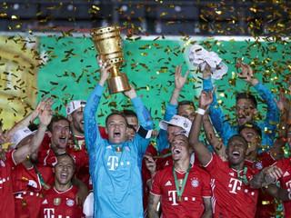 Trénera vyhadzovali do vzduchu. Hráči Bayernu dosiahli jubilejný titul