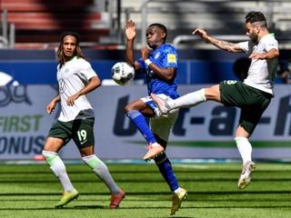 Futbalista Schalke si zavaril, odfotili ho v drese konkurenčného klubu