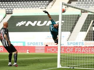 Liverpool dal Dúbravkovi tri góly, United a Chelsea si zahrajú v Lige majstrov