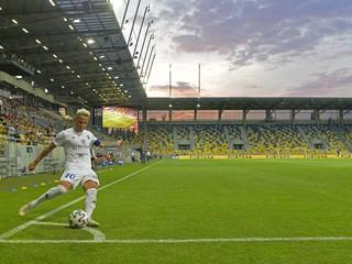 Na Slovensku je unikátom. Hrá prvú futbalovú ligu, a pritom pracuje