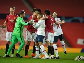 United doma nestačil na PSG. Mak čelil Barcelone, Škrtel nedohral zápas