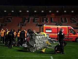 Tragédia vo Francúzsku. Tesne po zápase spadla na muža časť osvetlenia