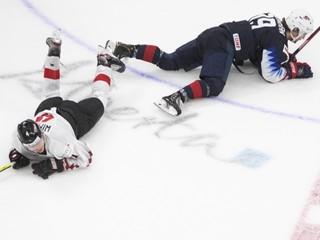 Jeho súper zostal ležať na ľade. Rakúsky mladík predviedol nebezpečný zákrok