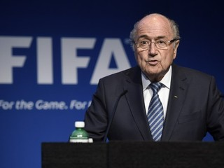 Šéf FIFA Blatter rezignoval, nezvládol korupčný škandál