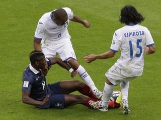 Hymny nehrali, Francúzi zdolali Honduras 3:0. Druhý gól posudzoval počítač