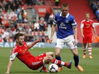 Giggs zažil premiéru 4:0, Everton prehral dvoma vlastnými gólmi hlavou
