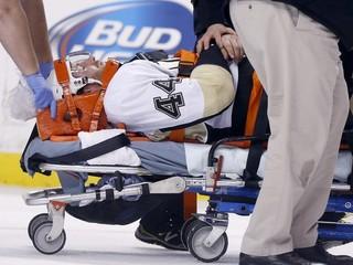 Na hráča v NHL zaútočil zozadu, zvalil ho na ľad a udieral do tváre