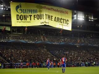Aktivisti Greenpeace prerušili zápas Bazilej - Schalke, zlanili štadión