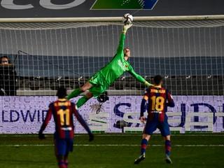 Barcelona sa natrápila, po penaltách postúpila do finále Superpohára