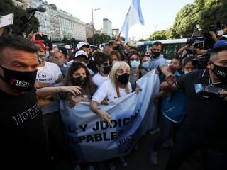 Zabili Maradonu, kričal dav v Buenos Aires. Prišla aj najbližšia rodina