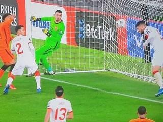 Bol to gól? Holanďania kričali na rozhodcu, ale video na zápasoch chýba