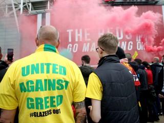 Fanúšikovia v Manchestri zranili aj policajta. V United protest odsúdili