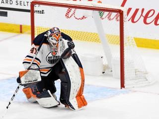 Komentátorovi preskočil hlas, brankár padol na ľad. V NHL sa hralo 107 minút