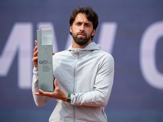 Zdolal Gombosa, nedávno aj Federera. Gruzínec oslavuje titul