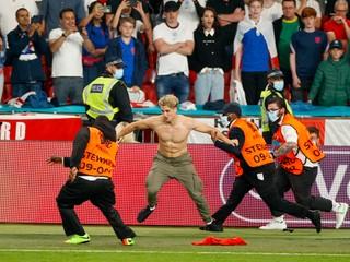 Bučanie na hymnu, pyrotechnika i vyčíňanie. Potrestá UEFA Angličanov?