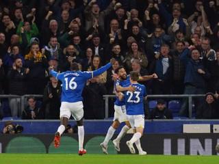 Tri góly za šesť minút. Everton otočil zápas a dotiahol sa na lídra