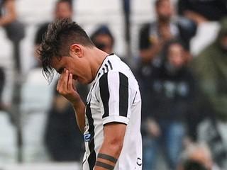 So slzami v očiach sa držal za nohu. Dybala sa zranil, proti Chelsea nenastúpi