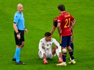 Varane nepomôže Manchester United. Letná posila sa zranila v reprezentácii