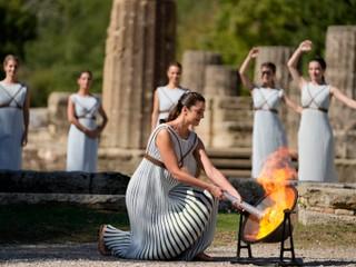 V Grécku zapálili olympijský oheň, ceremoniál sprevádzali protesty