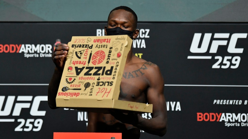 Adesanya na váhe aj s pizzou, ale na Blachowicza stratil 2 kilogramy (výsledky váženia pred UFC 259)
